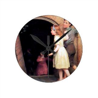 Niños y pintura asustadiza del lugar del sótano reloj