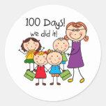 Niños y profesor de sexo femenino 100 días etiquetas redondas