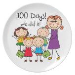 Niños y profesor de sexo femenino 100 días platos para fiestas