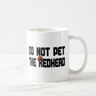 No acaricie el Redhead (con la peluca) Taza Básica Blanca