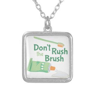 No acometa el cepillo colgante cuadrado