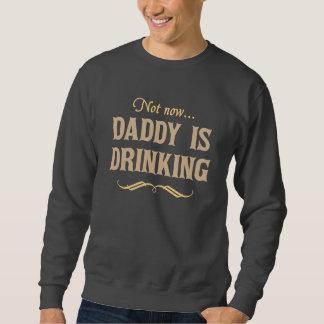 No ahora, el papá está bebiendo sudadera