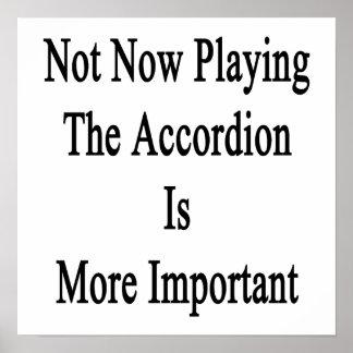 No ahora jugar el acordeón es más importante poster