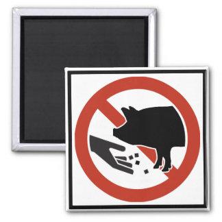 No alimente a cerdos la muestra de la carretera imán de frigorifico