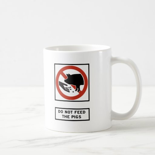 No alimente a cerdos la muestra de la carretera taza básica blanca