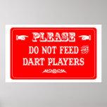 No alimente a los jugadores de dardo posters