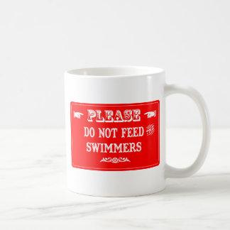 No alimente a los nadadores taza de café