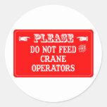 No alimente a los operadores de grúa pegatina redonda