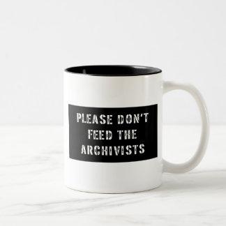 No alimente por favor a los archivistas taza de dos tonos