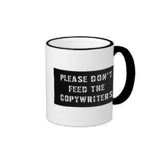 No alimente por favor a los Copywriters Taza De Dos Colores