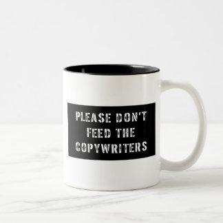 No alimente por favor a los Copywriters Taza De Dos Tonos