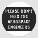 No alimente por favor a los ingenieros pegatina redonda