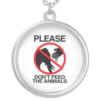 No alimente por favor los elefantes grimpolas