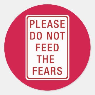 No alimente por favor los miedos pegatina redonda