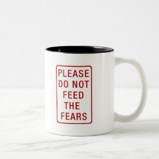 No alimente por favor los miedos taza de dos tonos