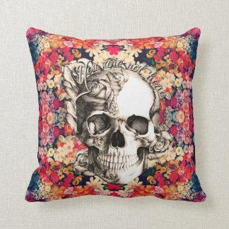No aquí, cráneo floral del azúcar almohada
