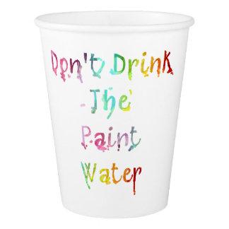 No beba el agua de la pintura vaso de papel