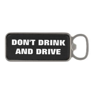 No beba y no conduzca el alcohol que advierte abrebotellas magnético