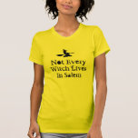 No cada bruja vive en Salem - Halloween Camiseta