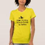 No cada bruja vive en Salem - Halloween Camisetas