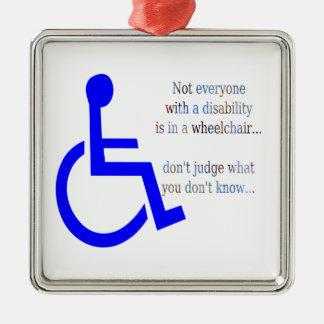 No cada uno con una incapacidad está en una silla adorno navideño cuadrado de metal