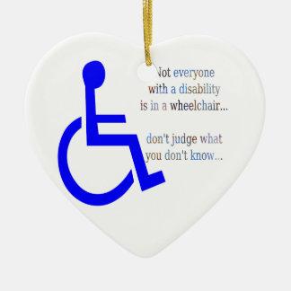 No cada uno con una incapacidad está en una silla adorno navideño de cerámica en forma de corazón