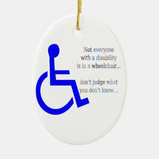 No cada uno con una incapacidad está en una silla adorno navideño ovalado de cerámica