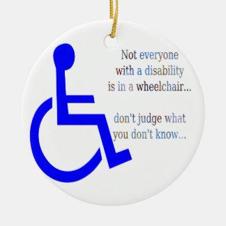 No cada uno con una incapacidad está en una silla adorno navideño redondo de cerámica
