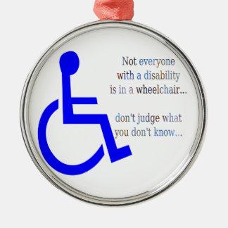 No cada uno con una incapacidad está en una silla adorno navideño redondo de metal