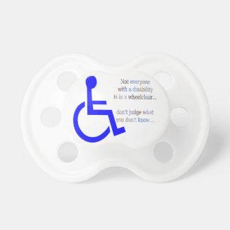No cada uno con una incapacidad está en una silla chupetes de bebe