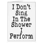 No canto en la ducha que me realizo tarjetas