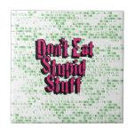 No coma la materia estúpida en rosa y verde tejas