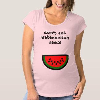 No coma las semillas de la sandía playera de premamá