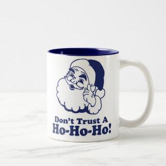 ¡No confíe en A Ho Ho Ho! Taza Dos Tonos