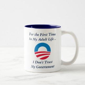 No confíe en al gobierno taza de café de dos colores