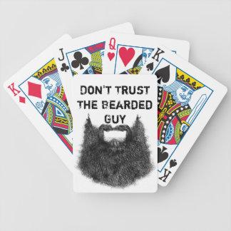 No confíe en al individuo barbudo baraja cartas de poker