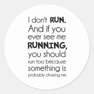 No corro.  Algo me está persiguiendo probablemente Pegatina Redonda