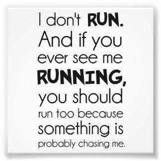 No corro.  Algo me está persiguiendo probablemente Impresiones Fotograficas