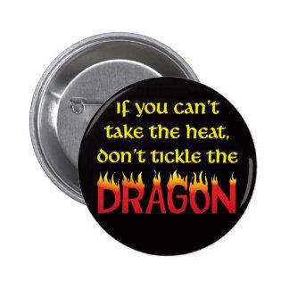 No cosquillee el dragón pin redondo de 2 pulgadas