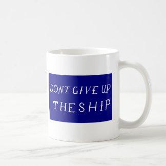 No dé para arriba la bandera de la nave taza de café