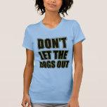 No deje los perros hacia fuera camisetas