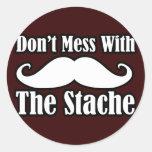 No ensucie con el bigote pegatina redonda