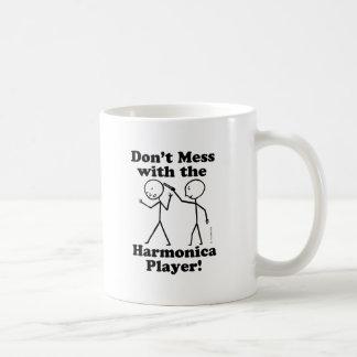 No ensucie con el jugador de la armónica tazas