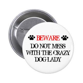 No ensucie con la señora loca del perro pin redondo de 2 pulgadas