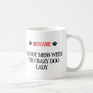 No ensucie con la señora loca del perro taza de café