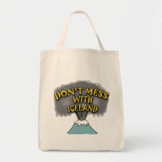 No ensucie con las camisetas y la materia de bolsa
