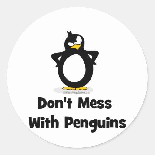 No ensucie con los pingüinos pegatina redonda