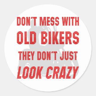 No ensucie con los viejos motoristas que apenas no pegatina redonda