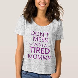 No ensucie con una mamá cansada (púrpura) poleras