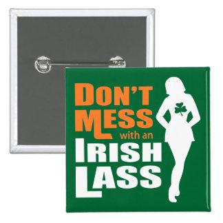 No ensucie con una muchacha irlandesa divertida pin cuadrado